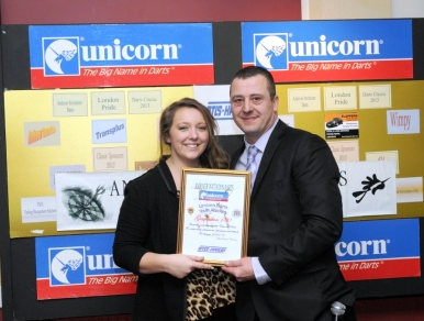 Unicorn: Харриет Рейнсфорд (Harriet Raynsford) и Марк Торн (Mark Thorne) at the Andover Unicorn Darts Academy Presentation Night) на фото